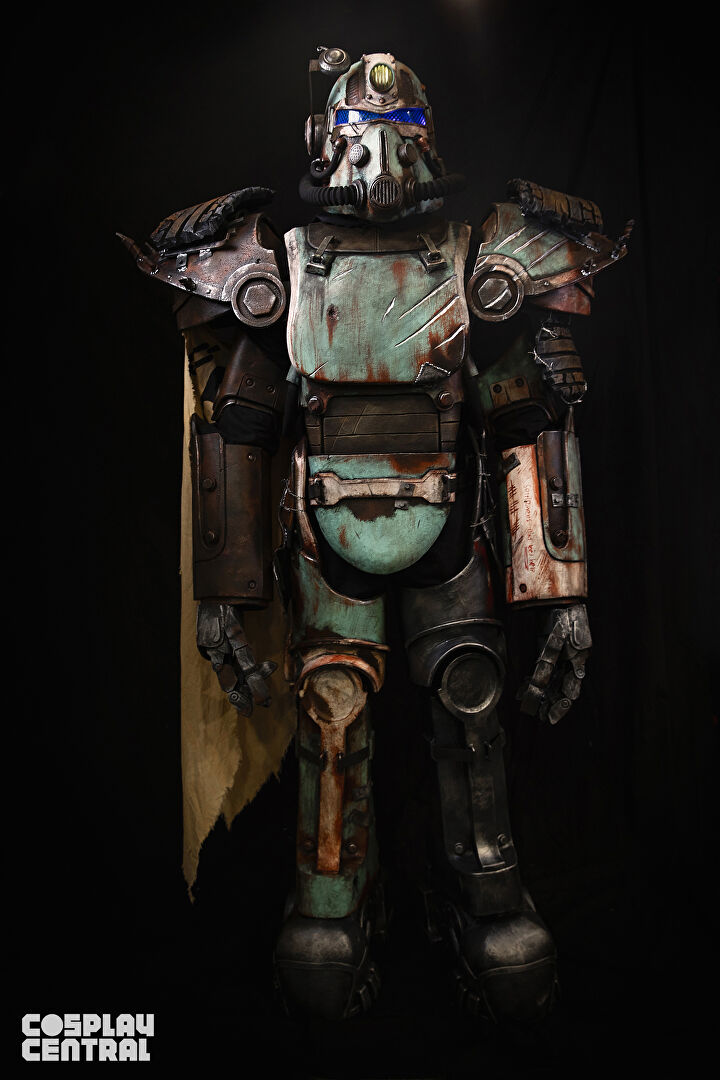 Cosplayer Well Rusted Workshop displays his T-51 Power Armor from Borderlands.